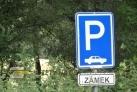 Parkoviště u zámku v Radíči
