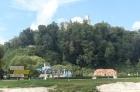 Pohled na letní plovárnu z druhého břehu Vltavy.