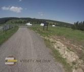 Rozcestí před Horskou Kvildou s výhledy do krajiny