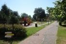 Parkoviště s dětským hřištěm