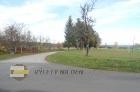 Po této cestě podél fotbalového hřiště pokračujte.