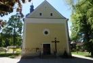 Naproti se nachází kostel