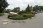 Parkoviště a přijezdová cesta.