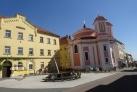 Náměstí s kaplí a slunečními hodinami