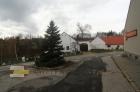 Pohled od kostela. Odbočte vlevo.